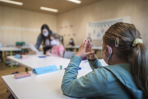 Opetusalan Aammattijärjestö OAJ on aiemmin arvostellut koulujen avaamista.