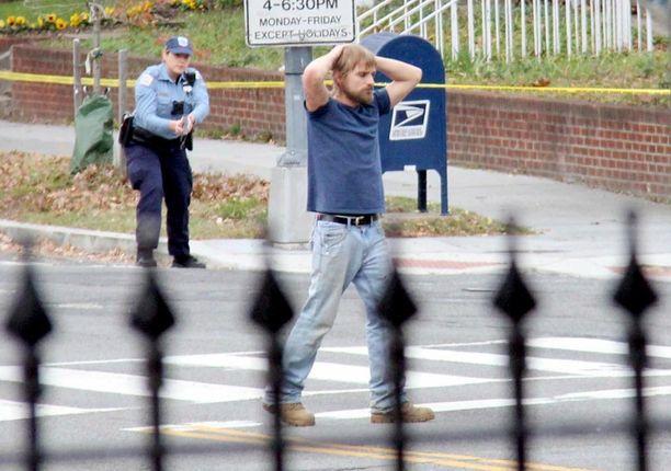 Edgar Maddison Welch, 28, uskoi niin vakaasti valeuutiseen, että päätti ottaa aseet mukaansa ja lähteä pelastamaan lapsia. Hän lopetti huomattuaan, ettei pizzeriassa ollutkaan vankityrmää.
