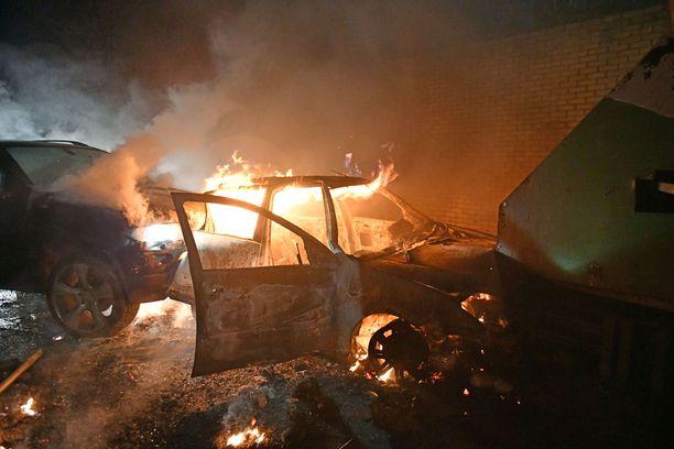 Sekä protestantit että katoliset heittelivät palopommeja niin kutsutun rauhanlinjan yli.