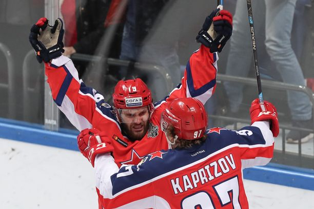 ZSKA:n Linden Vey (vas.) ja Kirill Kaprizov juhlivat Veyn 1–0-maalia.