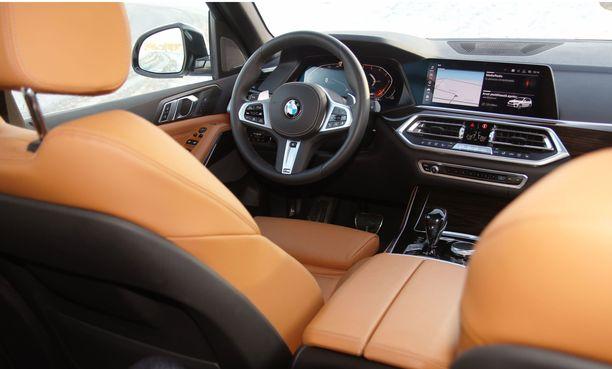 Nahkaverhoilu luo matkustamoon ylellisen tunnelman. BMW:n uusiutunut ohjaamon ilme on käytössä myös uudessa X5:ssä.