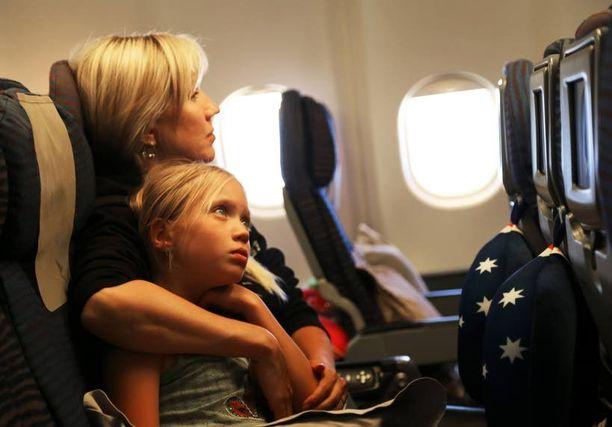 Pitkät pätkät lentokoneessa vaativat veronsa. Välillä virtaa pitää hakea äidin kainalosta.