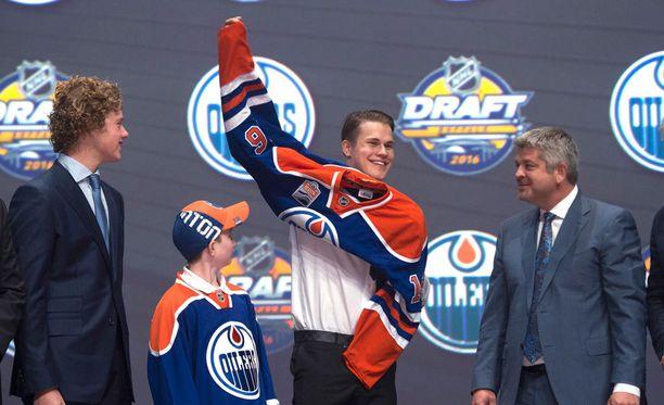 Jesse Puljujärvi puki päälleen Edmonton Oilersin paidan.