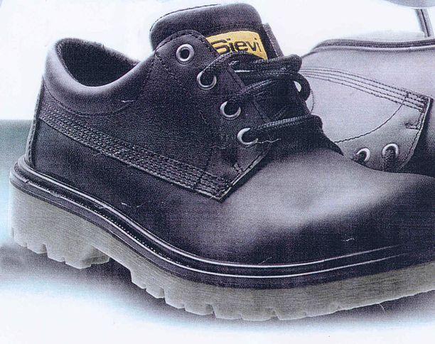 Tiedätkö näistä kengistä jotain? Poliisin mukaan ne liittyvät varmuudella vanhaan henkirikokseen.