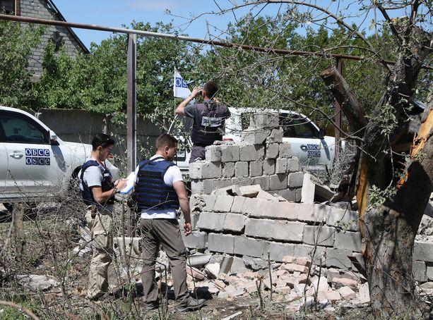 Sotatoimet jatkuvat Itä-Ukrainassa. Etyjin tarkkalijat tutkivat tuhoja Dokutsajevskissa.