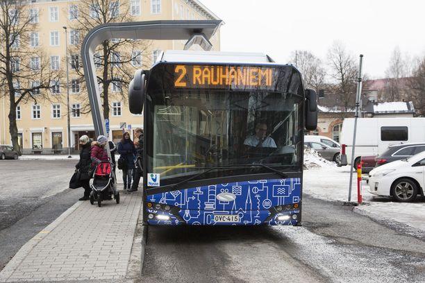 Nyssen lippuhinnoittelu on herättänyt närää. Kuvassa Tampereella liikennöivä Solaris Bus-yhtiön puolalainen sähköbussi.