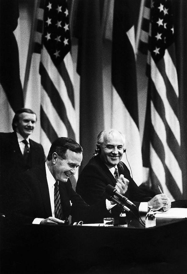 Yhdysvaltain presidentti George Bush ja Neuvostoliiton kommunistisen puolueen pääsihteeri Mihail Gorbatshov tapasivat Helsingissä 1990 Mauno Koiviston isännöimänä.