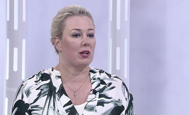 Jutta Urpilainen adoptoi miehensä kanssa yksivuotiaan kolumbialaisen poikavauvan keväällä 2016.