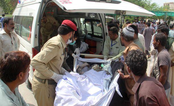 Pakistanissa ainakin 123 ihmistä on kuollut öljyä kuljettaneen auton kaaduttua ja polttoaineen sytyttyä tuleen valtatiellä, kertovat viranomaiset.