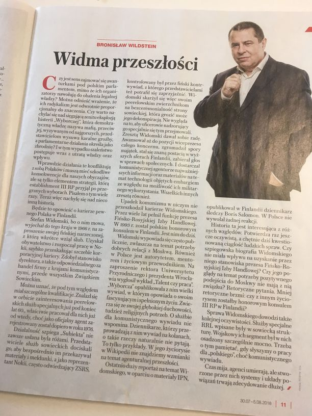 Wildstein kirjoitti Widomskista elokuussa Puolan laajalevikkisessä viikkolehdessä Sieci:ssä.