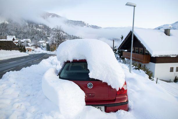 Lumi oli peittänyt auton Iselbergissä Itävallassa.