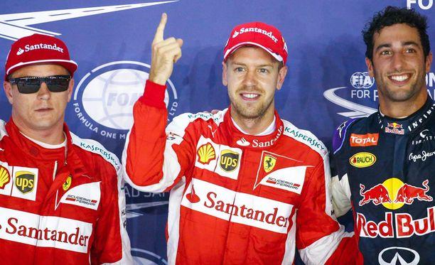 Kimi Räikkönen (vas.) löysi nopeasti aurinkolasitkin Singaporen myöhäisiltaan.