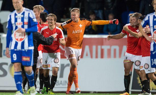 Tomi Maanoja tuulettaa. HIFK on voittanut Stadin derbyn.