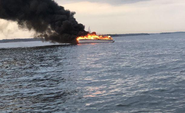 Vene syttyi palamaan perjantaina illalla Espoossa, kertoo Länsi-Uudenmaan pelastuslaitos.