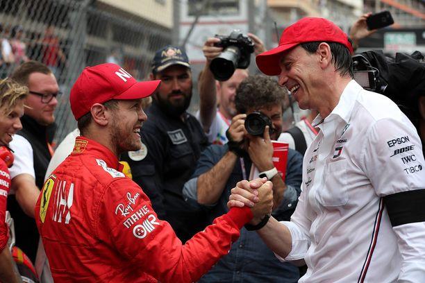 Mercedesn tallipäällikkö Toto Wolff (oik.) harkitsee Sebastian Vettelin palkkaamista.