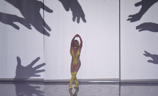 Britneyn esitystä arvosteltiin Twitterissä, jossa katsojat uskovat hänen laulaneen playbackina.