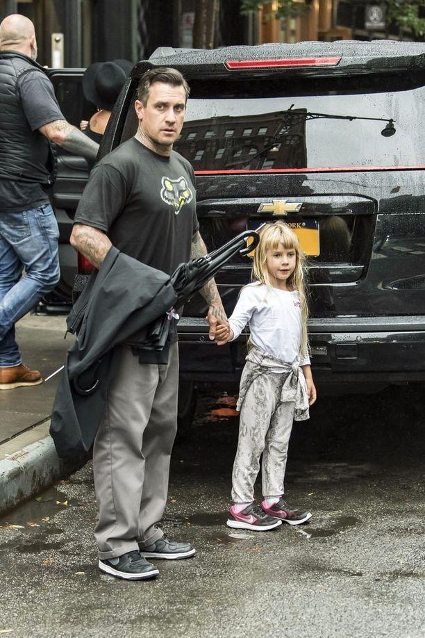 6-vuotias Willow piti isäänsä kädestä.