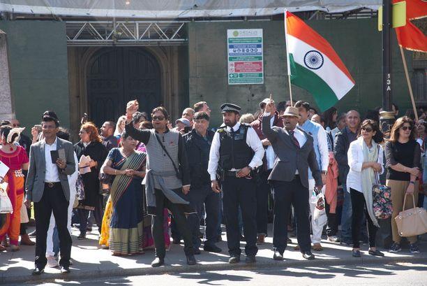 Modi kohtasi Lontoossa sekä tukijoitaan että mielenosoittajia.