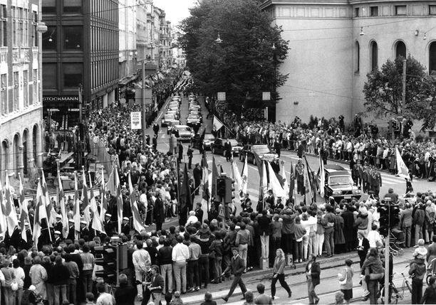 Hautajaissaattue kääntymässä Pohjoisesplanadilta Mannerheimintielle.