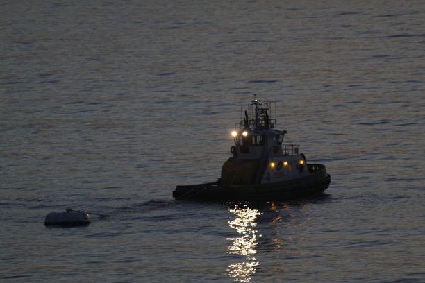 Pimeys esti navigoinnin, joten hinaajalta heitettiin ankkuri ja ryhdyttiin ryyppäämään.
