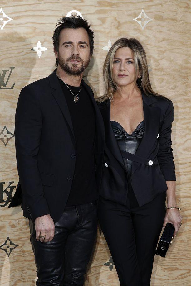 Huhtikuussa 2017 Aniston ja Theroux edustivat Louis Vuittonin tilaisuudessa Pariisissa.