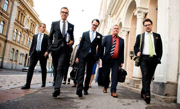 Putoaako yksi joukosta? Ville Niinistö (oik.) ja vihreät ovat hyppäämässä syrjään hallitusrivistä.