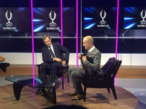Sami Hyypiä ja Petri Pasanen valmistautuvat Super Cup -ottelun tv-lähetykseen.