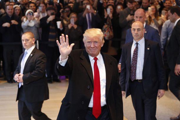 Donald Trump vilkutti yleisölle lähdettyään New York Timesin rakennuksesta tapaamisen jälkeen.