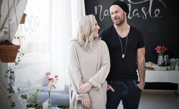 Nanna ja Jere Karalahti selättivät aviokriisin ja asuvat nyt onnellisesti Keravalla omakotitalossa.