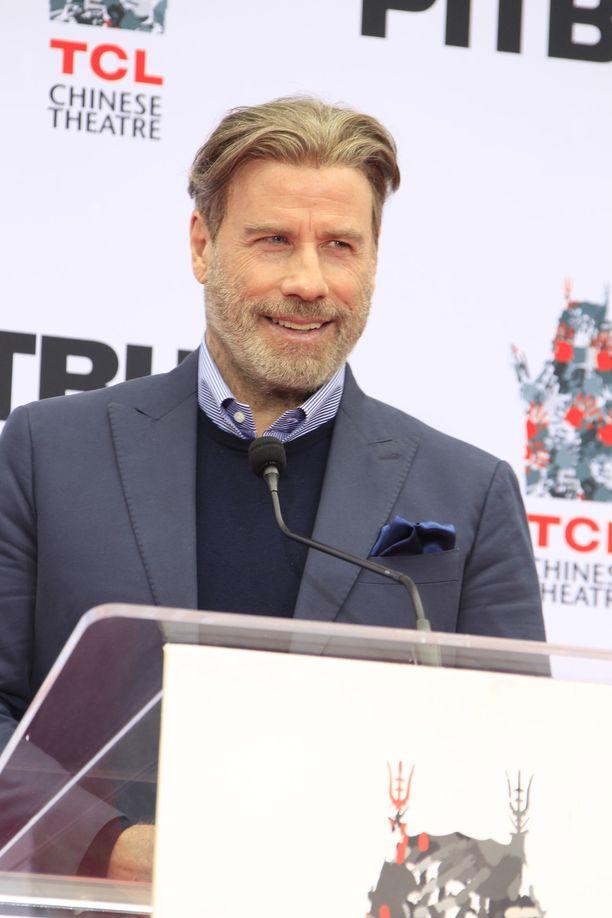 Tältä John Travolta näytti vielä joulukuun puolivälissä - peruukissa.