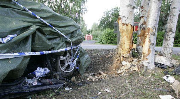 Nuorten auto suistui mutkassa ja törmäsi puuhun kohtalokkain seurauksin.