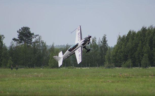 Lentäjien juhannuksessa nähtävä Sami Kontio on soolonäytöksessään vain muutaman metrin maanpinnan yläpuolella.