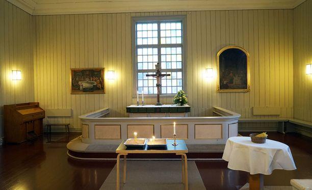 Porvoon Pikkukirkko avattiin iltapäiväksi hiljentymiselle. Kello 14 aikoihin kirkossa oli sytytetty kymmenkunta kynttilää.