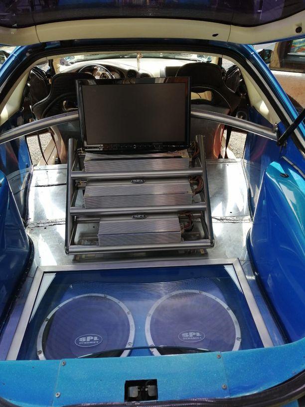 """""""Niitä mitataan Richtereissä eikä desibeleissä"""", roolihahmo Kämäräinen toteaa autonsa äänentoistosta. Elokuvissa nähty laitteisto on edelleen paikoillaan."""