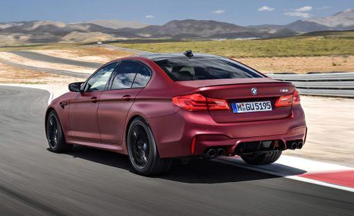 BMW M5 on häikäisevän nopea: kiihtyvyys sama kuin Ferrari 458 Italialla.