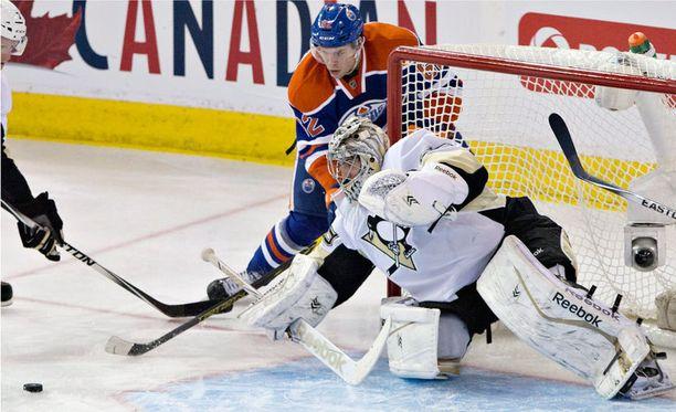Pittsburgh-vahti Marc-Andre Fleury torjuu Edmontonin Iiro Pakarisen lähentelyt.