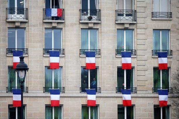 Ranskan liput roikkuivat ikkunoista viime perjantaina, jolloin järjestettiin kansallinen muistotilaisuus iskun uhreille.
