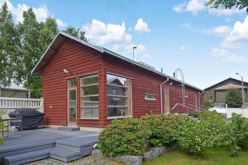 Taloyhtiön pihalla sijaitseva talousrakennus.