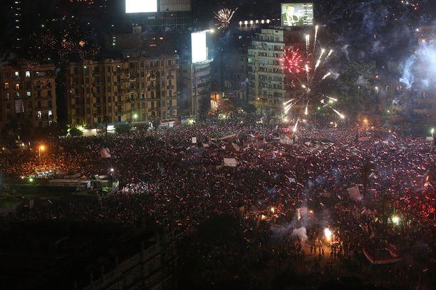Egyptiläiset huusivat ja ampuivat ilotulitusraketteja juhlistaakseen armeijan ilmoitusta presidentin syrjäyttämisestä.