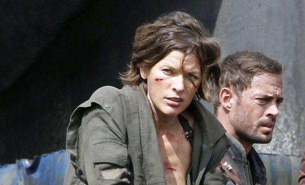Näyttelijä Milla Jovovich (kuvassa) esittää uuden Resident Evil -elokuvan pääosaa. Olivia Jackson loukkaantui heti ensimmäisenä kuvauspäivänä, kun oli tekemässä Jovovichin stunttia.