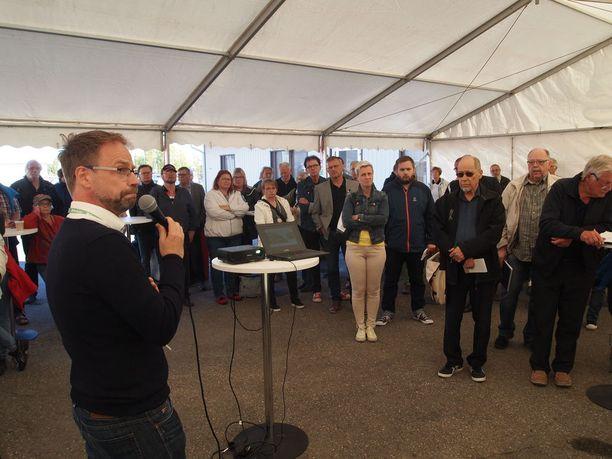 Fortumin projektipäällikkö Ville Yrjänä ja Puhdas Meri -kansalaisliikeen puheenjohtaja Jyrki Kangas (tummat aurinkolasit) yleisötilaisuudessa kuluneella viikolla.