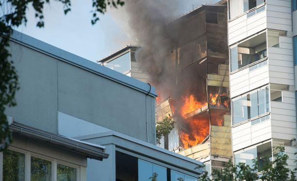 Palokunta sai hälytyksen noin 19.45 aikaan maanantai-iltana Ostostielle Kontulaan.