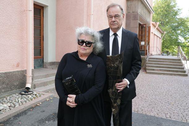 Näyttelijä Titta Jokinen saapui hyvästelemään Hanna-Riikka Siitosen.