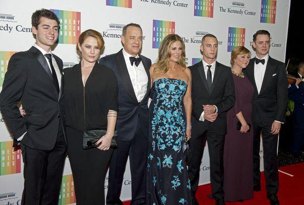 Viime joulukuussa Hanksin perhe osallistui ulkoministerin isännöimälle illalliselle, jossa Tom Hanks sai Kennedy Center Honors -taidepalkinnon. Chester Hanks kolmantena oikealta.