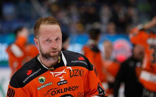 Karmea pommi päähän! HPK:n konkaripakki Arto Laatikainen jyräsi HIFK:n hyökkääjän Micke-Max Åstenin ja lensi suihkuun