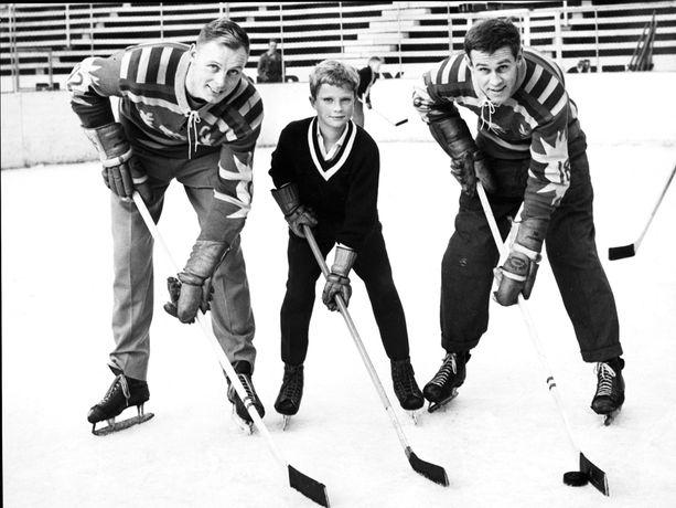 Nuori kruununprinssi Kaarle Kustaa opetteli jääkiekon aakkosia Djurgårdenin pelaajien opastuksella vuonna 1958.