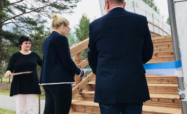 Tiinan sillan vihki virallisesti käyttöön Imatran kaupunginvaltuuston nykyinen puheenjohtaja Niina Malm.