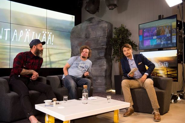 Roope Salminen esittää napakkaa talk show -juontajaa Ismo Leikolan sarjassa.
