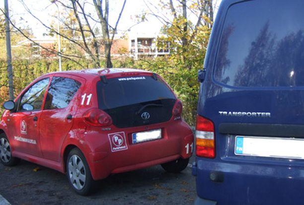 Tunnetun huoltofirman pakettiautot blokittivat parkkivalvojan auton Pakilan Teboilin pihalla.