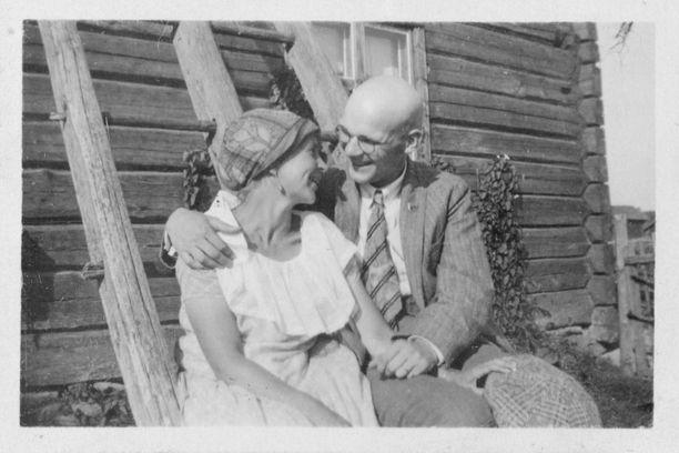 Myöhemmin Urho Kekkonen ja Sylvi kuvattiin hieman samankaltaisessa asetelmassa Paarmakallion tilalla.